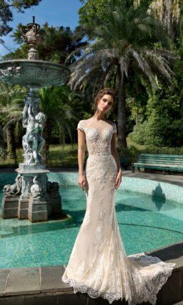 Свадебное платье «русалка» пудрового оттенка с пышной верхней юбкой.