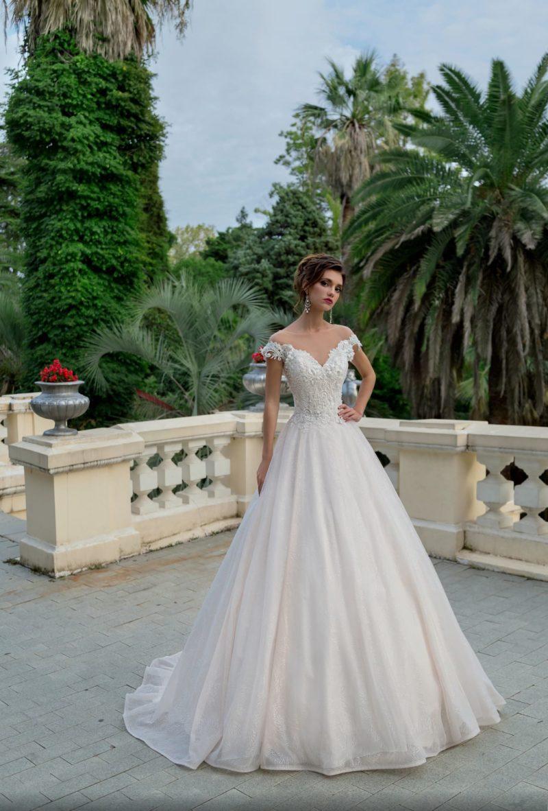 Свадебное платье пышного кроя с элегантным вырезом с широкими бретелями.