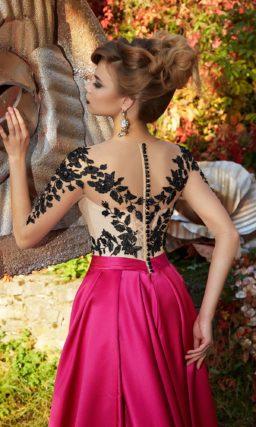 Очаровательное вечернее платье с яркой атласной юбкой и сияющим лифом.