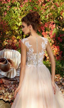 Пудровое вечернее платье с кружевным лифом и многослойной юбкой.