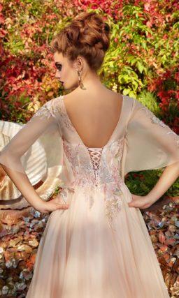 Кремовое вечернее платье с пышными тонкими рукавами и открытой спинкой.