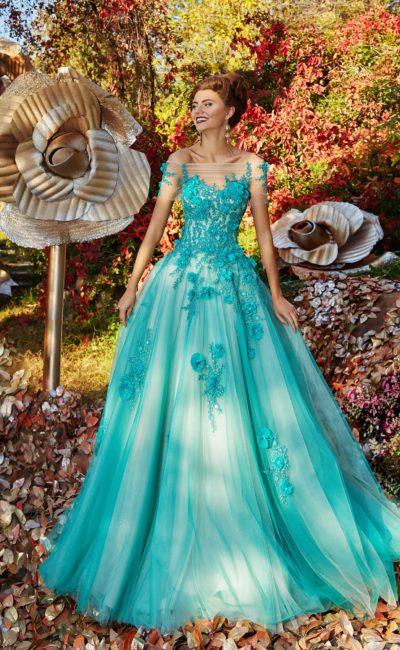 Голубое вечернее платье с многослойной юбкой и объемной отделкой корсета.