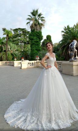Пышное свадебное платье с широкими бретелями и кружевным декором.