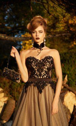 Золотисто-черное вечернее платье с открытым корсетом и многослойным низом.