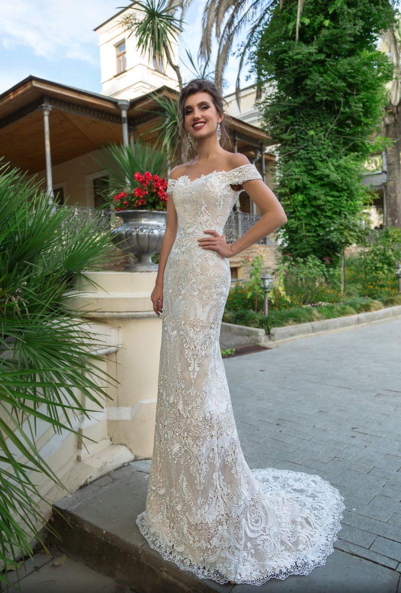 Бежевое свадебное платье облегающего кроя с фигурным лифом «сердечком».