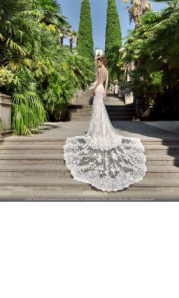 Кружевное свадебное платье прямого кроя с длинным прозрачным шлейфом.