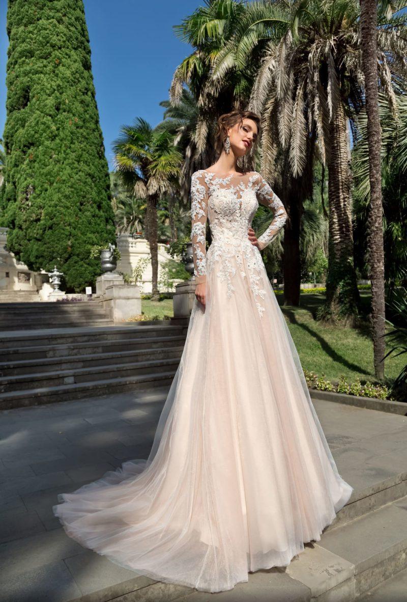 Элегантное свадебное платье с длинным кружевным рукавом и шлейфом сзади.