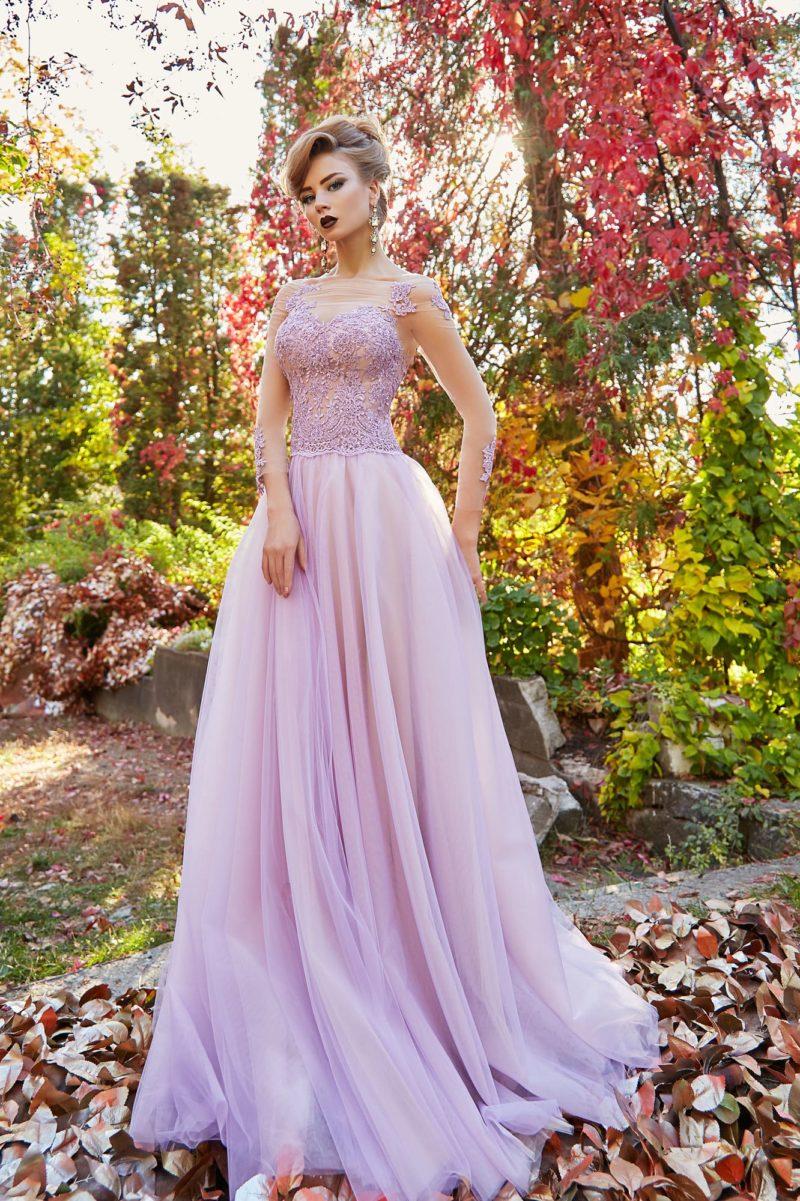Лавандовое вечернее платье с длинным прозрачным рукавом и пышной юбкой.