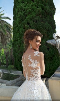 Свадебное платье пышного силуэта с прозрачным верхом с аппликациями.