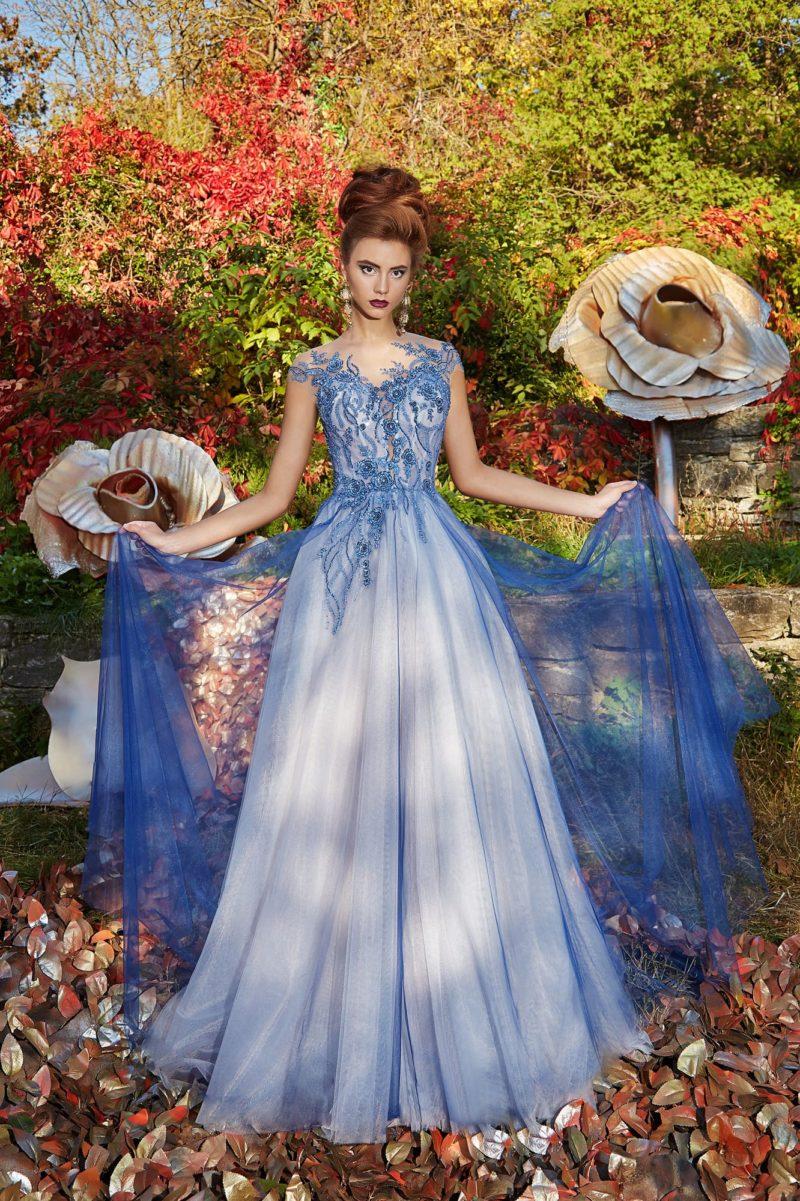 Голубое вечернее платье с сияющим декором лифа и тонкой вставкой над вырезом.