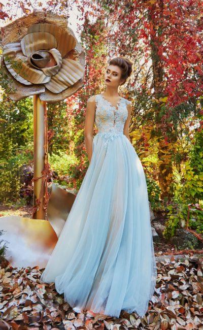 голубое платье с кружевной отделкой