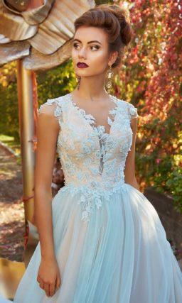 Бежево-голубое вечернее платье с кружевной отделкой лифа и V-образным вырезом.