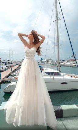 Свадебное платье-трансформер с открытым декольте и верхней юбкой.