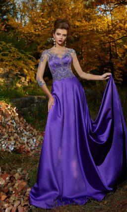 Вечернее платье фиолетового цвета с атласной юбкой и сияющим декором.