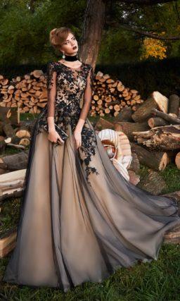 Бежевое вечернее платье с черной отделкой и декором из кружева.