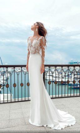 Облегающее свадебное платье с прозрачным верхом и коротким шлейфом.