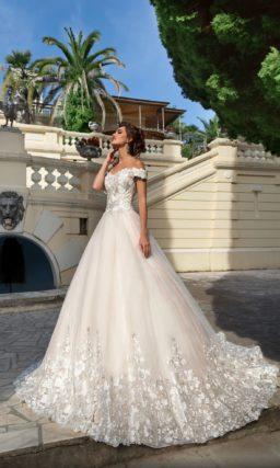 Розовое свадебное платье пышного кроя с открытым лифом и глянцевым декором.