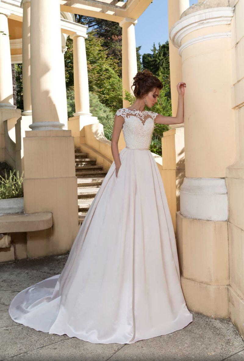 Свадебное платье с кружевным верхом, узким поясом и эффектной юбкой.
