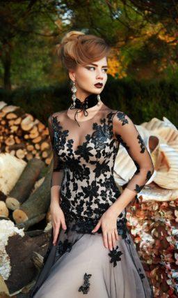 Черное вечернее платье с длинным рукавом и кружевными аппликациями.