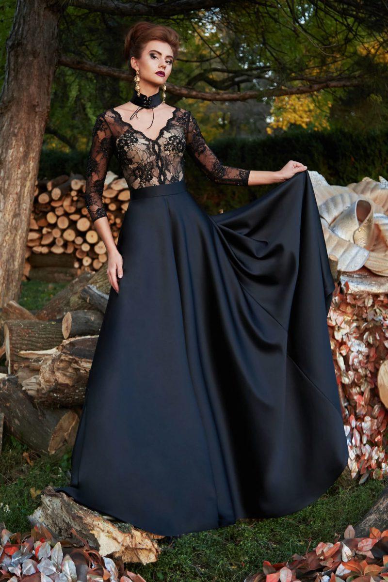 Черное вечернее платье с кружевным декором верха и атласной юбкой в пол.
