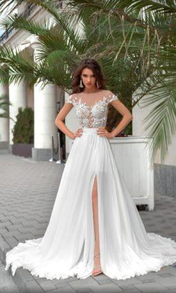 Свадебное платье с кружевным лифом и высокими разрезами на юбке.