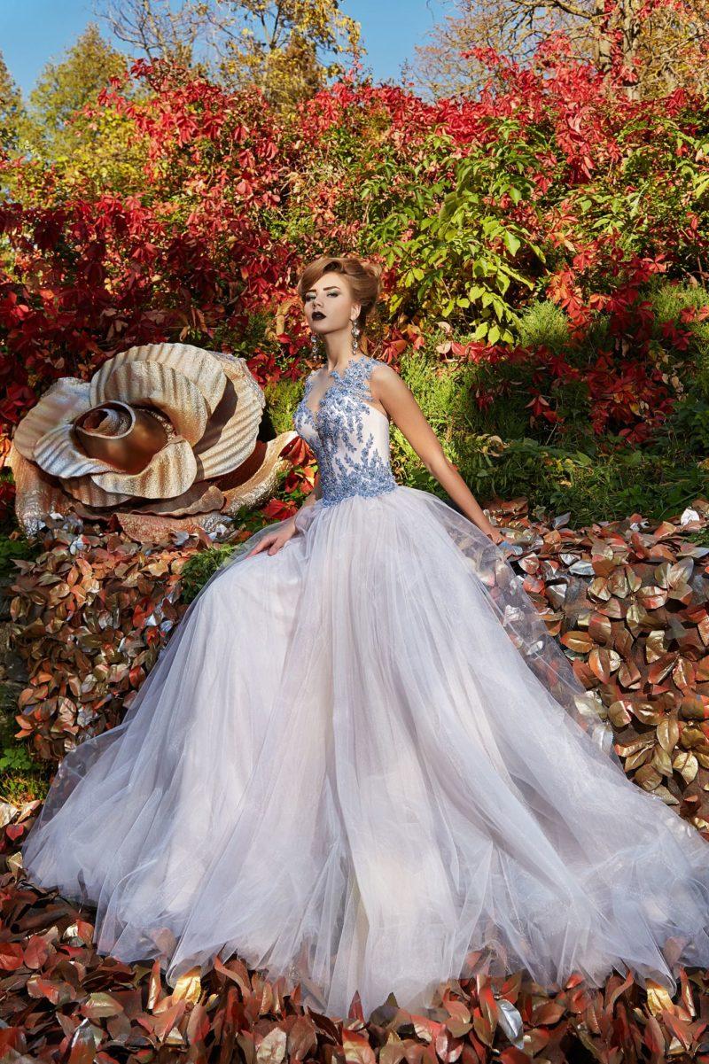 Белое вечернее платье с открытым верхом и нежным голубым декором.