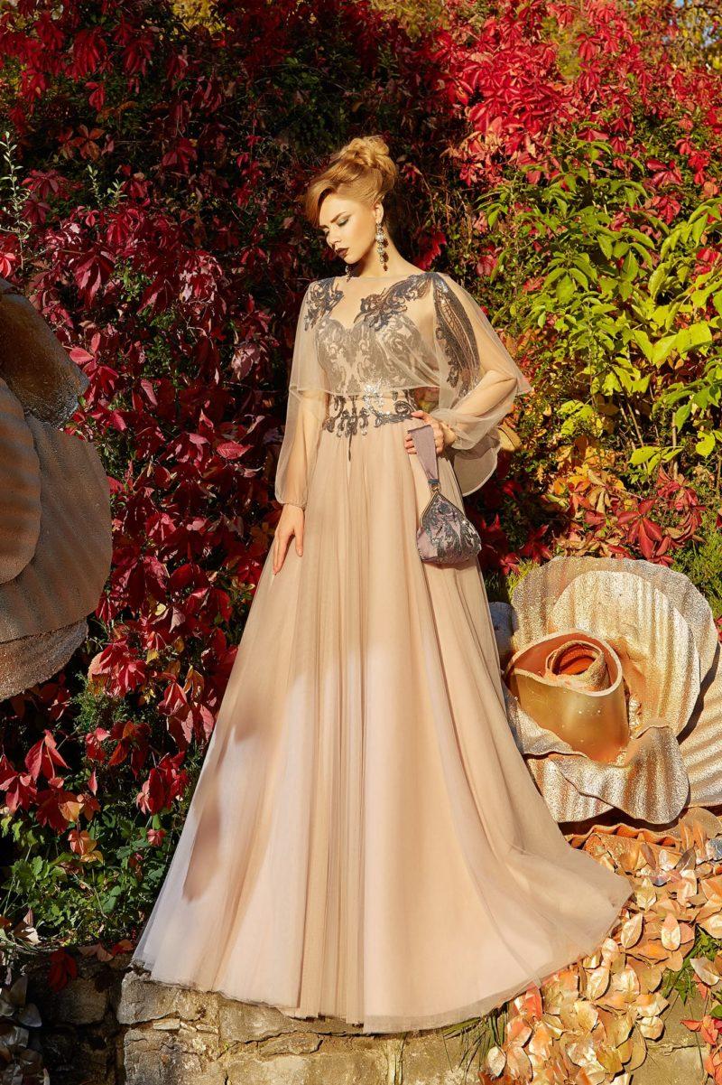 Персиковое вечернее платье с прозрачной пелериной и длинным рукавом.