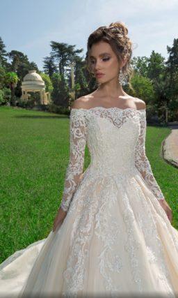 Свадебное платье цвета айвори с рукавом и портретным декольте.