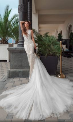 Свадебное платье «русалка» с роскошным шлейфом и кружевным декором.