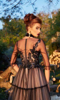 Черное вечернее платье с многослойной юбкой и рукавом в три четверти.