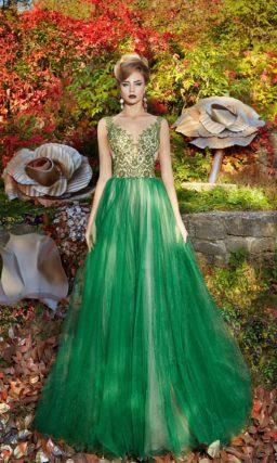 Пышное вечернее платье с изумрудной юбкой и сияющей вышивкой на лифе в тон.