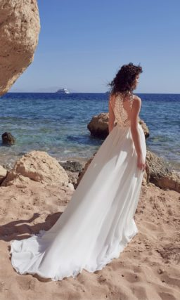 Прямое свадебное платье с кружевной отделкой лифа без рукавов.
