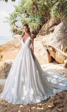 Очаровательное пышное свадебное платье с кружевной юбкой.