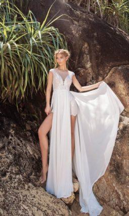 Свадебное платье с коротким рукавом и прямой съемной юбкой.