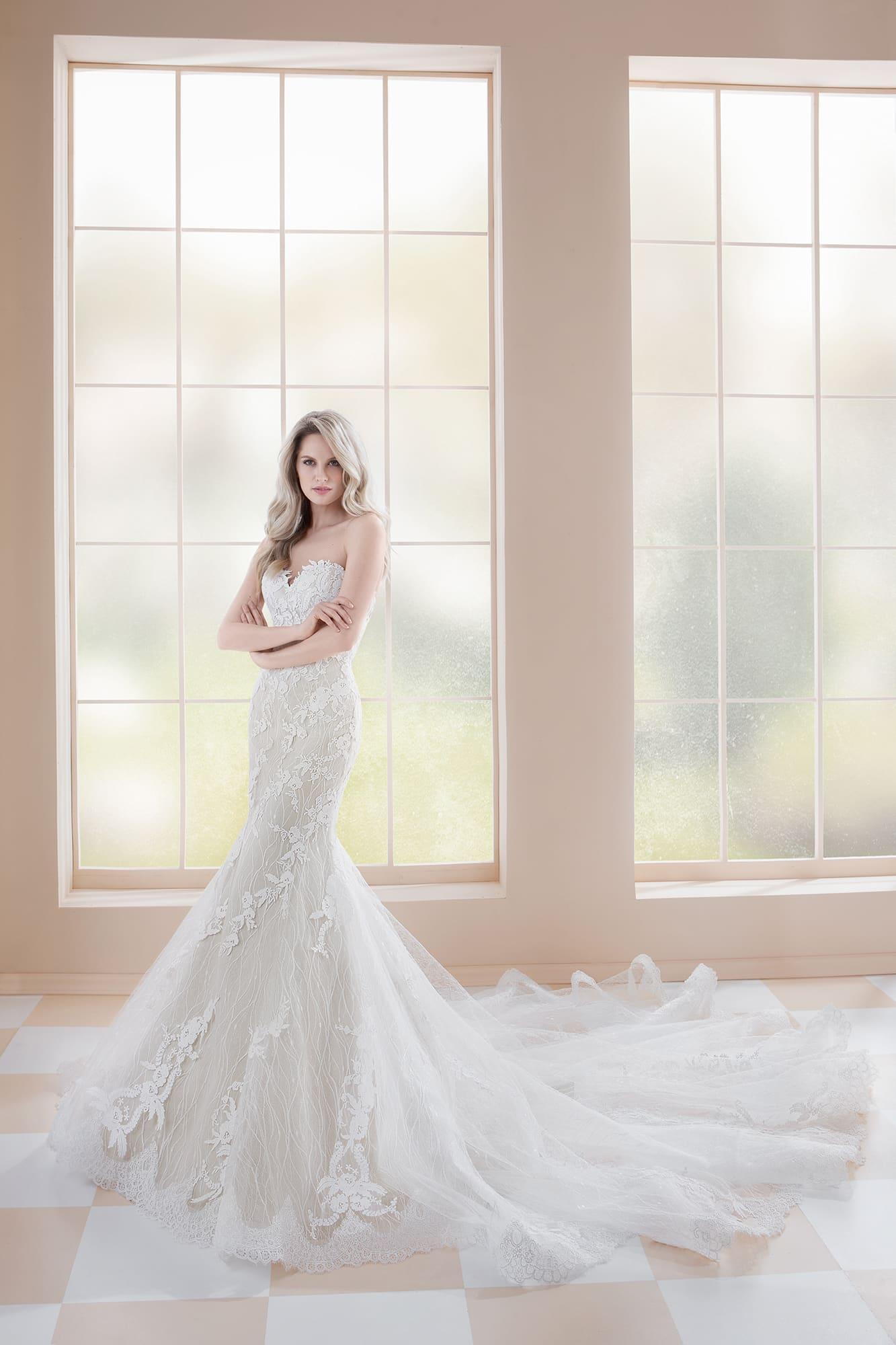 Свадебное платье «русалка» со съемным кружевным болеро и длинным шлейфом.