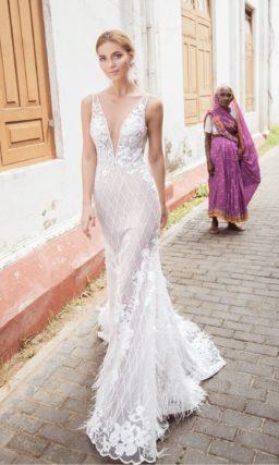 Свадебное платье «рыбка» с бежевой подкладкой под белым кружевом.