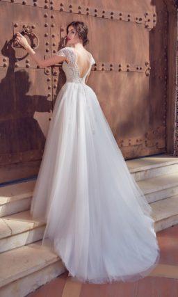 Воздушное свадебное платье с коротким рукавом и крупным узором кружева.