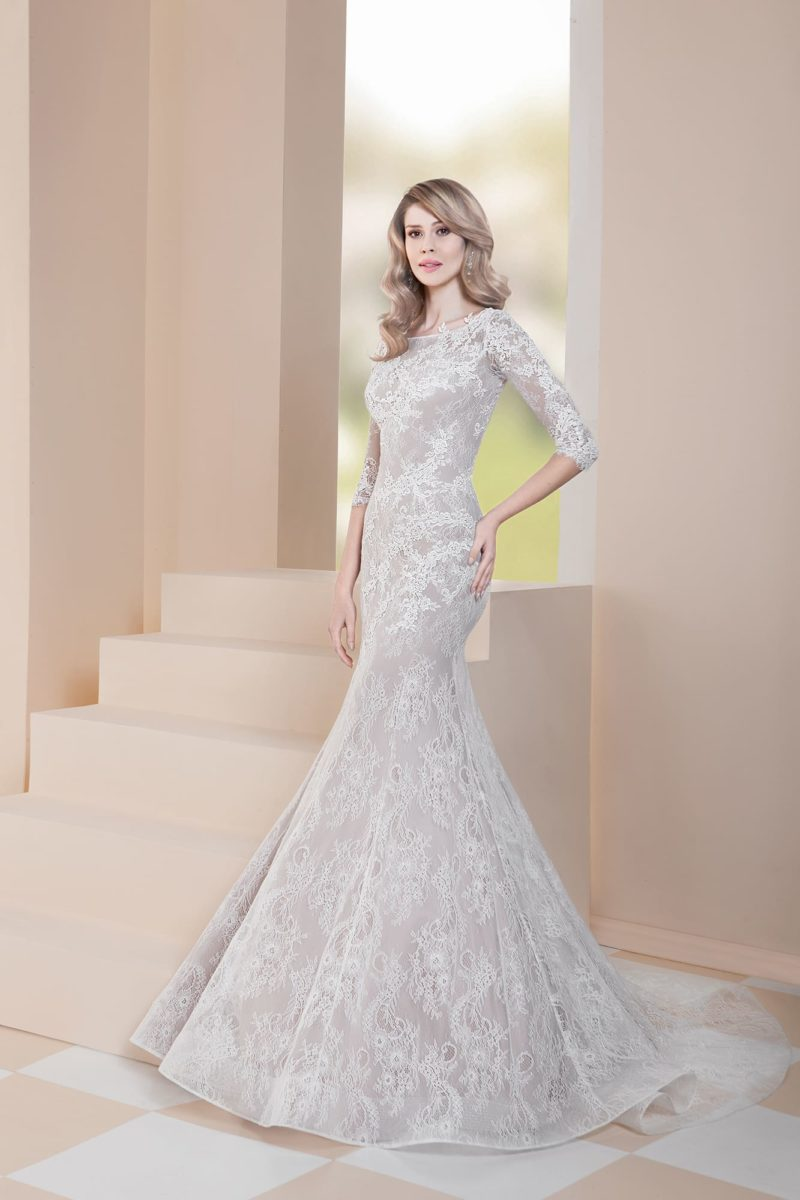 Свадебное платье «рыбка» на бежевой подкладке, с закрытым верхом.