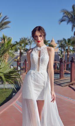 Короткое свадебное платье с кружевным верхом и полупрозрачной верхней юбкой.