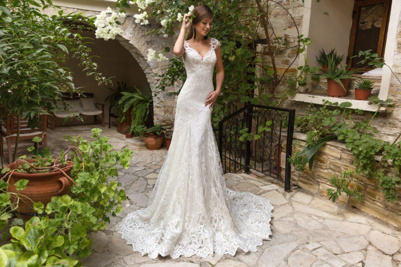 Свадебное платье «русалка» с широкими бретелями и открытой спинкой.