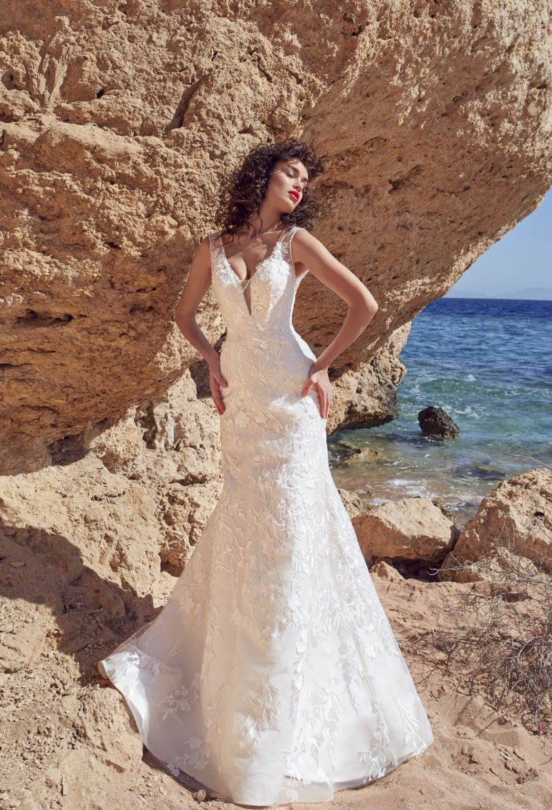 Свадебное платье «рыбка» с открытой спинкой и кружевом от лифа до подола.