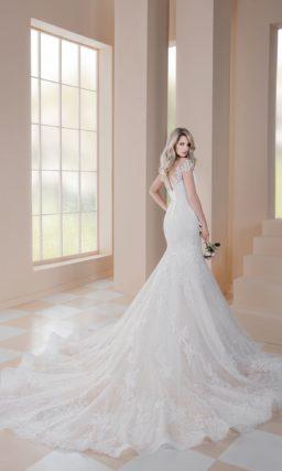 Свадебное платье «рыбка» с элегантной кружевной отделкой по всей длине.