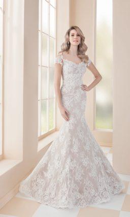 Бежевое свадебное платье «русалка» с отделкой белым кружевом.