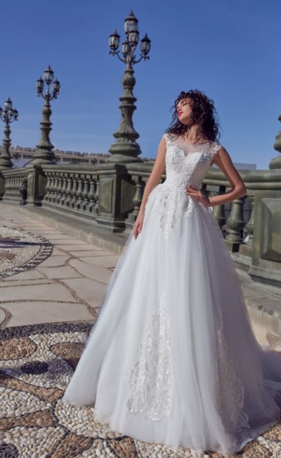Умеренно пышное свадебное платье