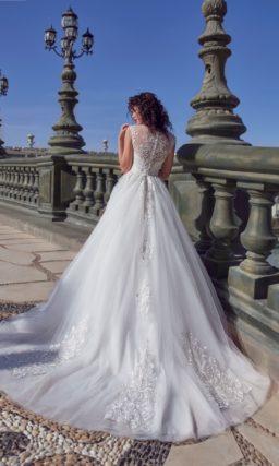 Свадебное платье с многослойным низом и кружевной отделкой по лифу и юбке.