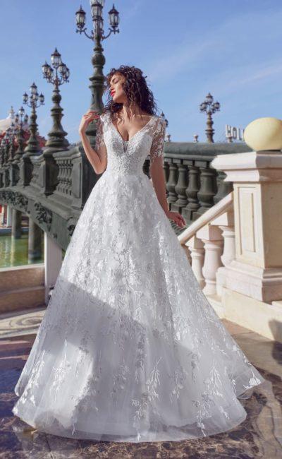 Великолепное свадебное платье с коротким рукавом и кружевом по всей длине.