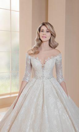 Пышное свадебное платье цвета слоновой кости с элегантным рукавом.