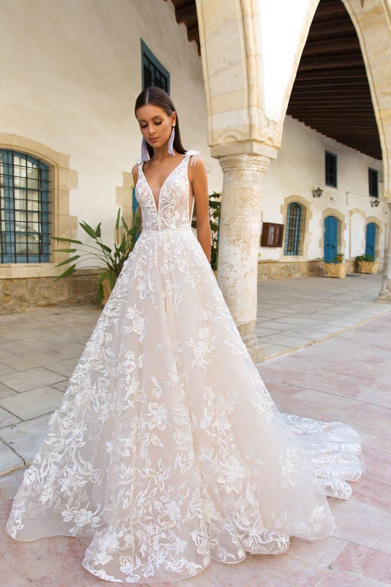Розовое свадебное платье с V-образным декольте и роскошной юбкой со шлейфом.