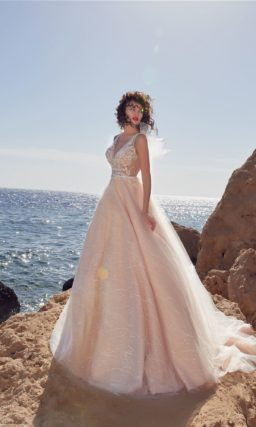 Розовое свадебное платье с пышной юбкой с длинным шлейфом.
