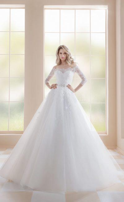 Свадебное платье пышного силуэта с портретным декольте и длинным рукавом.